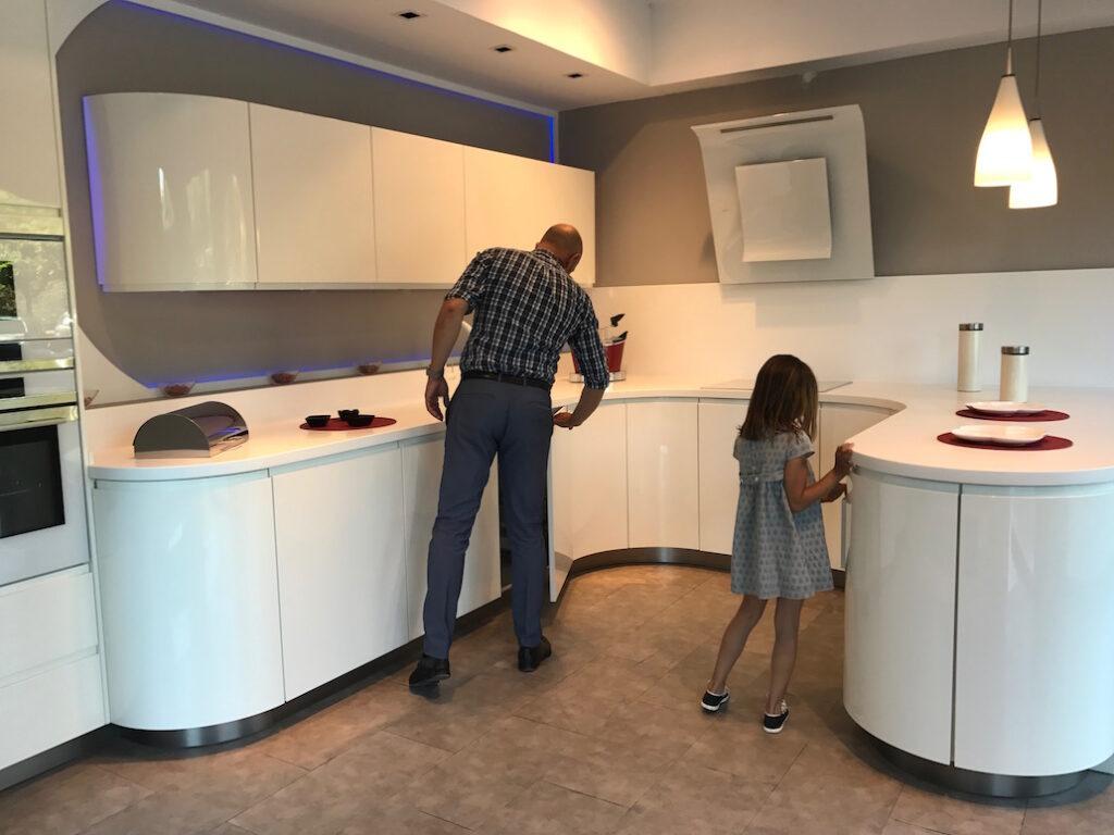 Cocina blanca diseño con luz led