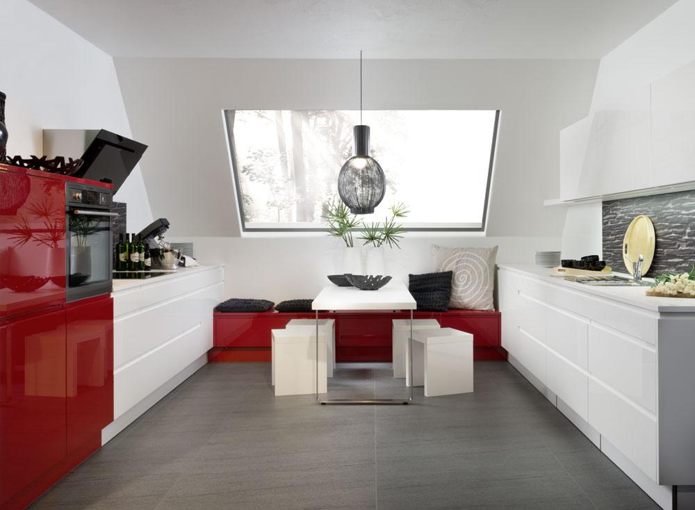 Muebles de cocina blanca y rojo