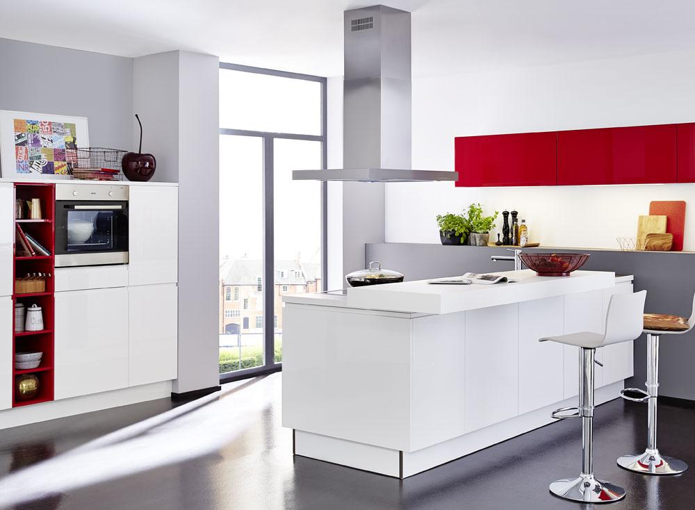 cocina blanca frentes en rojo
