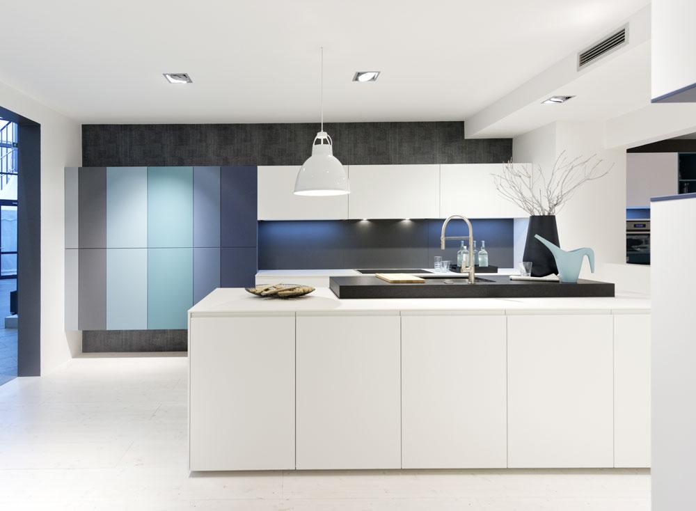 cocina blanca y azul Nolte