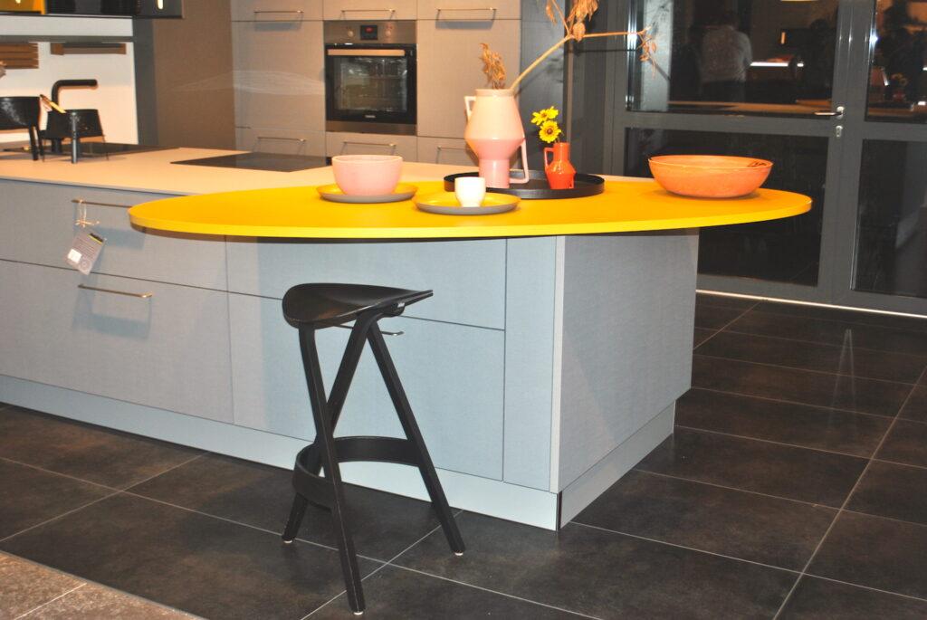 cocina con barra amarilla